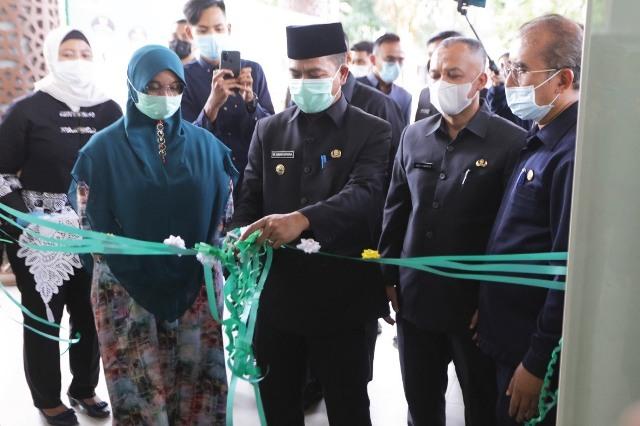 Bupati Bandung Dadang Supriatna didampingi istri Hj. Emma Dety Permanawati, dan Pj Kadisperindag, Marlan meresmikan Bazaar Ramadhan di Gedung Munara 99, Soreang, Senin (3/5/2021). (Foto : Humas Pemkab Bandung)