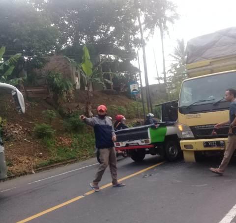 Kondisi pick up rusak parah usai menabrak mobil barang di Jalan Raya Malangbong, tepatnya di Kampung Ciloa, Desa Bunisari, Kecamatan Malangbong, Kabupaten Garut, Senin (3/5/2021). (andre/dara.co.id)