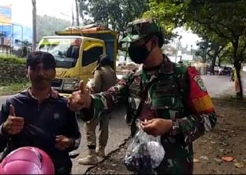 Dandim 0622/Kabupaten Sukabumi Letkol Arm Suyikno saat membagikan masker kepada masyarakat (Foto: Riri Satiri/dara.co.id)