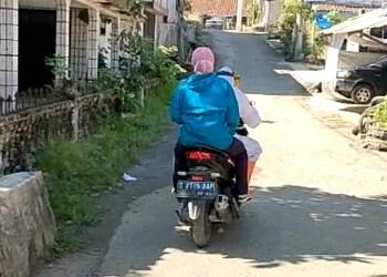 Pasien terkonfirmasi Covid-19 di Kecamatan Cisewu, Kabupaten Garut diantarkan menggunakan sepeda motor (Foto: Istimewa)