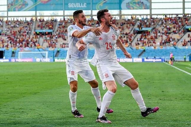 Bek Spanyol, Aymeric Laporte (kanan) merayakan golnya ke gawang Slovakia dalam laga terakhir Grup E Euro 2020 di Estadio de La Cartuja hari Rabu (23/6/2021). (Foto : AP Photo/bola.net)