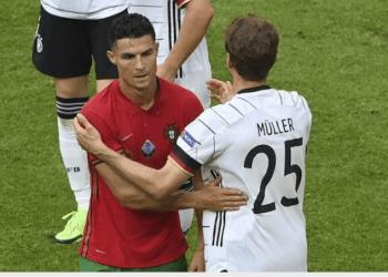 Kapten Ksebelasan Portugal, Cristiano Ronaldo, dan pemain Jerman Muller memberikan salam, usai keduanya bertanding, belum lama ini. (Foto : istimewa)