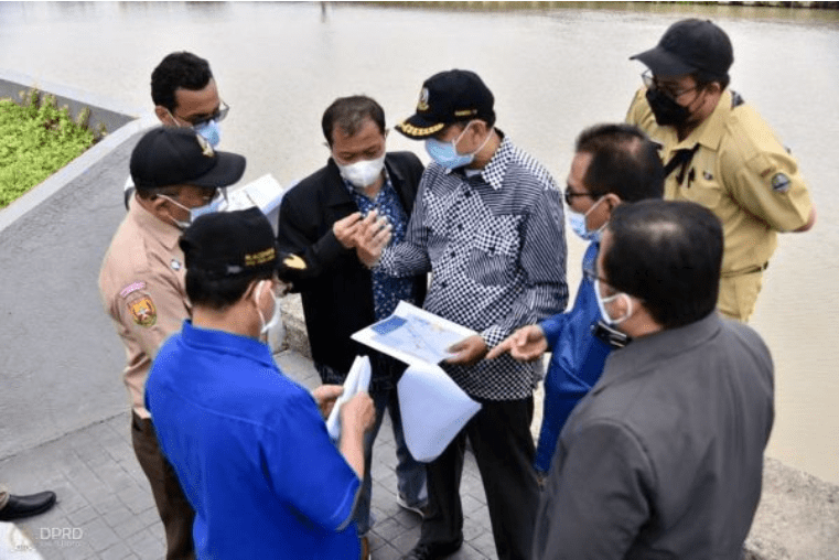 Pimpinan dan Anggota Komisi IV DPRD Provinsi Jawa Barat di dampingi Koordinator Komisi IV Ineu Purwadewi Sundari Meninjau Langsung Lokasi Penanggulangan Banjir Sungai Kalimalang di Kota Bekasi. Selasa (15/6/2021). (Foto : Farhat Mumtaz / Humas DPRD Jabar)