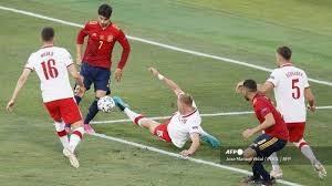 Striker Spanyol, Alvaro Morata (kanan) mencetak gol gol ke gawang Polandia dalam laga Grup E Euro 2020 di La Cartuja Stadium, Sevilla, Minggu (20/6/2021) dini hari WIB. (Foto: istimewa)