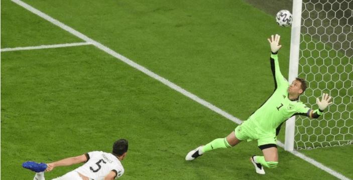 Bek Jerman, Mat Hummles membuat gol bunuh diri saat timnya berhadapan dengan Parncis pada babak penyisihan Grup F Euro 2020, Rabu 16 Juni 2021. /ALEXANDER HASSENSTEIN/galamedianews.com