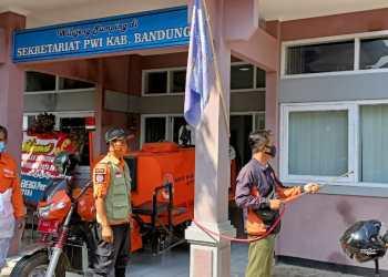 Gedung Sekreatriat PWI Kabupaten disemprot disinpektan (Foto: Istimwa)
