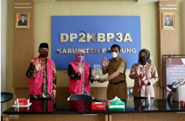 Pimpinan dan Anggota Komisi V DPRD Provinsi Jawa Barat saat melakukan study komparatif ke Dinas Pengendalian Penduduk, Keluarga Berncana, Pemberdayaan Perempuan dan Perlindungan Anak (DP2KBP3A) di Kabupaten Bandung. Senin, (14/6/2021). (Foto: Humas DPRD Jabar/ Rizky Ramdhani)
