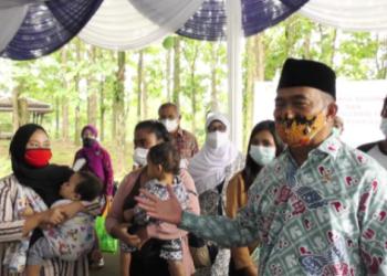 Menko PMK Muhadjir Effendy, menyaksikan proses vaksinasi Covid-19 perdana bagi ibu hamil, ibu menyusui, dan anak usia 12-18 tahun, di Kampung KB Muara Kidul, Kelurahan Pasir Jaya, Kota Bogor, Jawa Barat, Selasa (29/6/2021). (Foto: Humas Kemenko PMK)