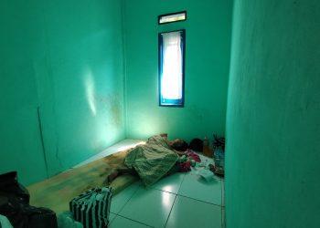 Arif terbaring lemah di kamar kontrakannya (Foto: Purwanda/dara.co.id)