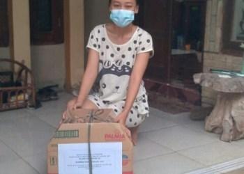 Warga Perumahan Asabri rutin beri bantuan kepada tetangganya yang sedang menjalani isoman (Foto: Yohanes/dara.co.id)