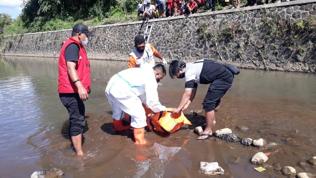 -Proses evakuasi korban hanyut berinisial S (13) oleh Tim BPBD Garut (Foto: Andre/dara.co.id)