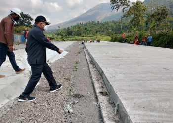 Bupati Garut, Rudy Gunawan, didampingi unsur Pimpinan Dinas PUPR melakukan peninjau secara langsung pembangunan Jalan Lingkar Luar Cipanas (Foto: Andre/dara.co.id)