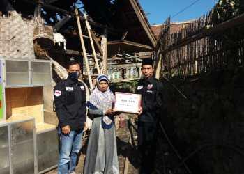 Tim ACT Kabupaten Garut saat mmberikan bantuan kepada Solihat (40), korban kebakaran di  Kampung Golangsing RT 03 RT 04, Desa Mekarjaya, Kecamatan Sukaresmi, Kabupaten Garut (Foto: Istimewa)