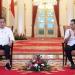 Presiden Jokowi berdialog dengan Mendikbudristek Nadiem Makarim mengenai Kampus Merdeka, di Istana Negara, Jakarta. (Foto: BPMI Setpres/Lukas)