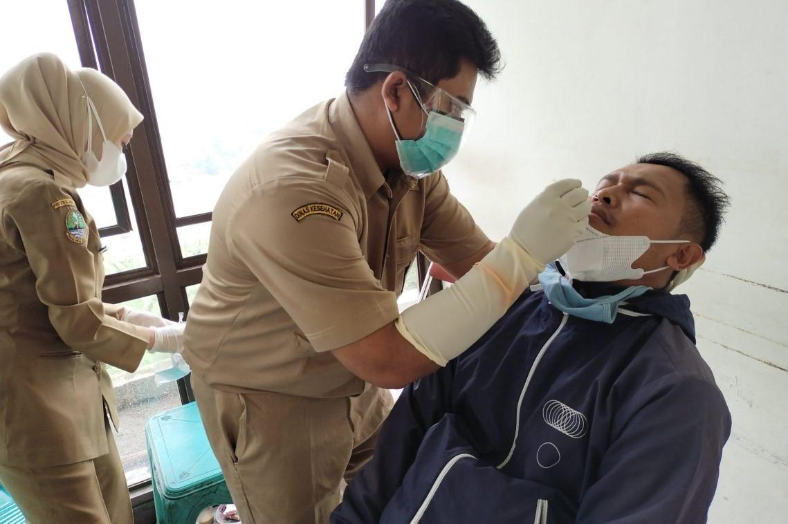 Tenaga medis di Kabupaten Bandung Barat melakukan tes antigen kepada warga (Foto: dok/dara.co.id)