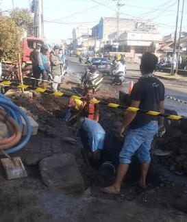 Perbaikan pipa air yang bocor di Manggungharja Ciparay (Foto: Istimewa)