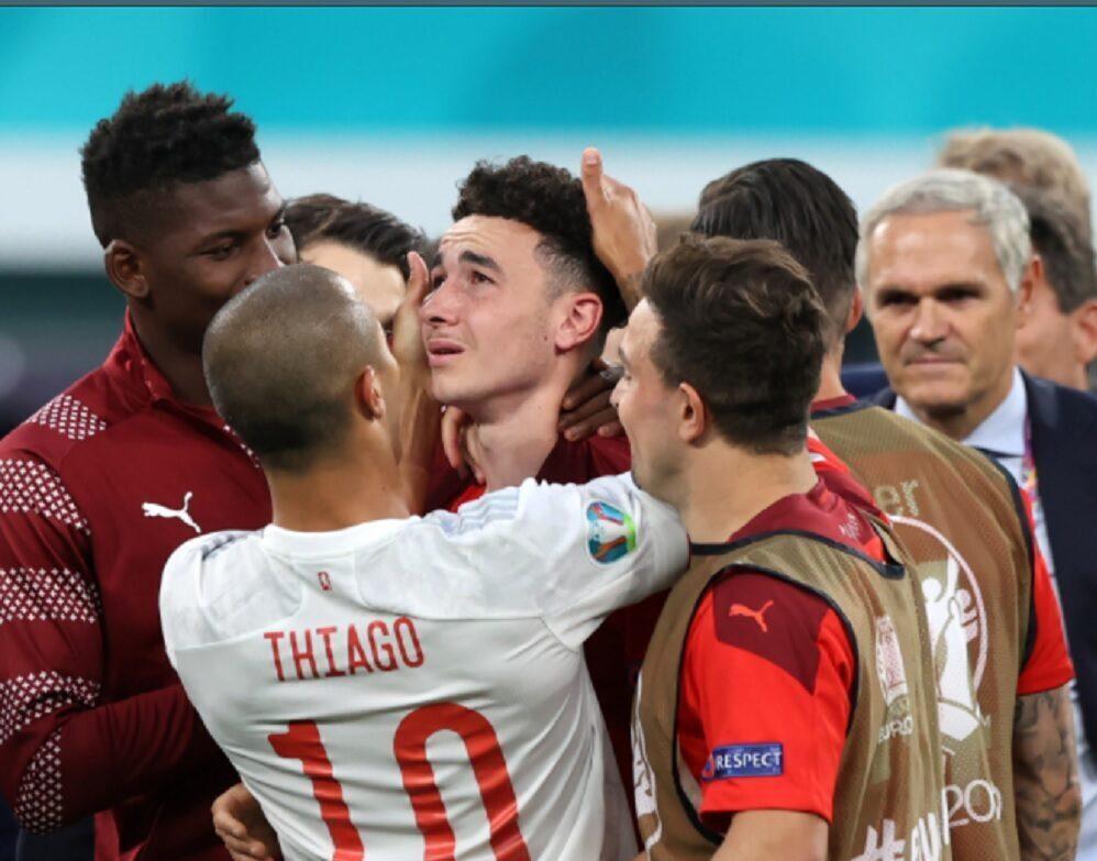 Bintang Spanyol, Thiago Alcantara sedang menghibur pemain Swiss. (FOTO: Twitter @EURO2020)