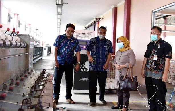 Anggota Komisi II DRPD Provinsi Jawa Barat Yuningsih saat meninjau Satuan Pelayanan Pengembangan Industri Pertekstilan Bandung. (Foto: Humas DPRD Jabar)
