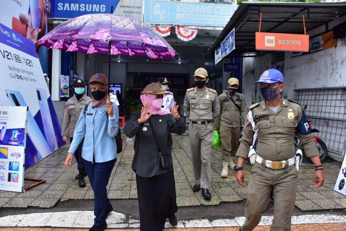Walikota beserta rombongan mulai melakukan sosialisasi kebijakan screening di jalan Letjen Soewarto (foto: Istimewa)
