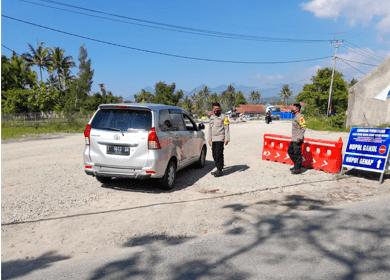 Sejumlah petugas berjaga di jalur menuju objek wisata Cipanas, Kecamatan Tarogong Kaler, Kabupaten Garut (Foto: Andre/dara.co.id)
