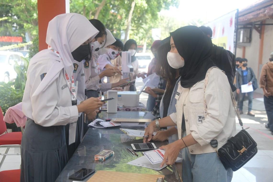 Wakil Ketua Divisi Percepatan Vaksinasi Jawa Barat Atalia Praratya meninjau langsung pelaksanaan vaksinasi massal di SMK Negeri 3 Bandung, Kamis (2/9/2021). (Foto : istimewa)