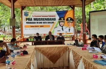Kepala Bappeda Kota Banjar Soni Horison (tengah), saat memberikan paparan dalam kegiatan Pra Musrenbang (Foto: Bayu/dara.co.id)