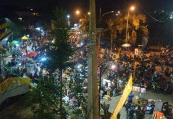 Masyarakat padati halaman Kawasan Gedong Sabilulungan di sekitar jembatan yang menghubungkan Masjid Al-Fathu dan Munara 99 Sabilulungan, Sabtu (23/10/2021) malam.(verawati/dara.co.id)