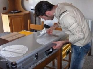 taglio dei cellophan che vanno sotto gli slipmats fatti con la passione di un vero professionista