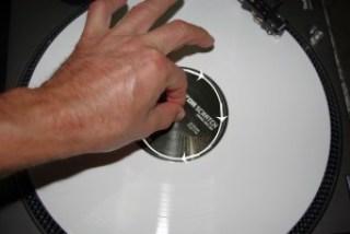 Avvita il perno centrale del giradischi per accellerare leggermente