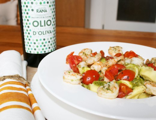 Tortellini Pesto Basilikum mit Scampi und Tomaten. Rezeptbild