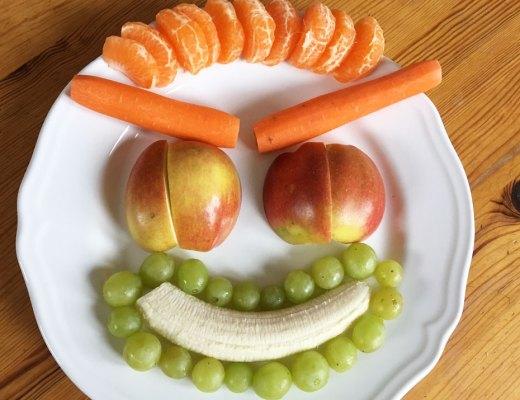 Möhren-Obst-Smoothie mit Haferflocken. Die frischen Zutaten. Rezeptfoto