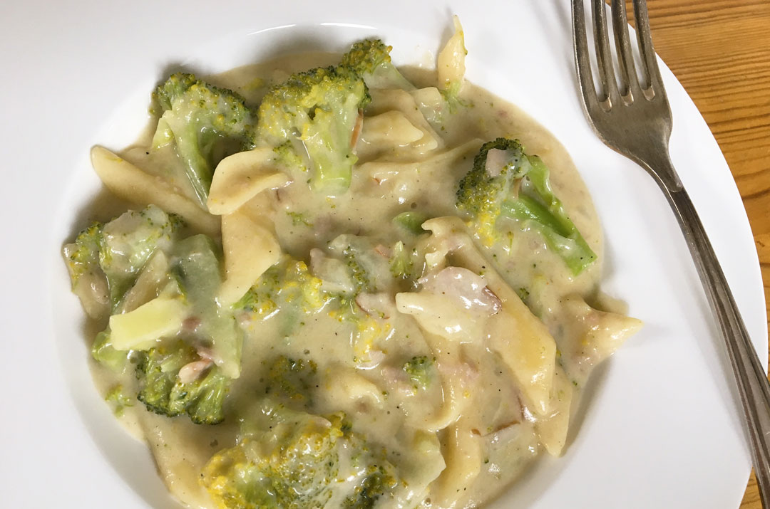 Nudeln mit Brokkoli und Schinken. Rezeptbild