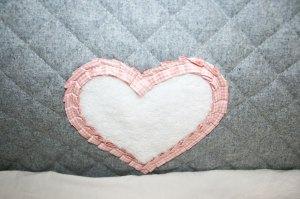 Thereses Accessoires, das Herz vom Bett-Nest. Foto