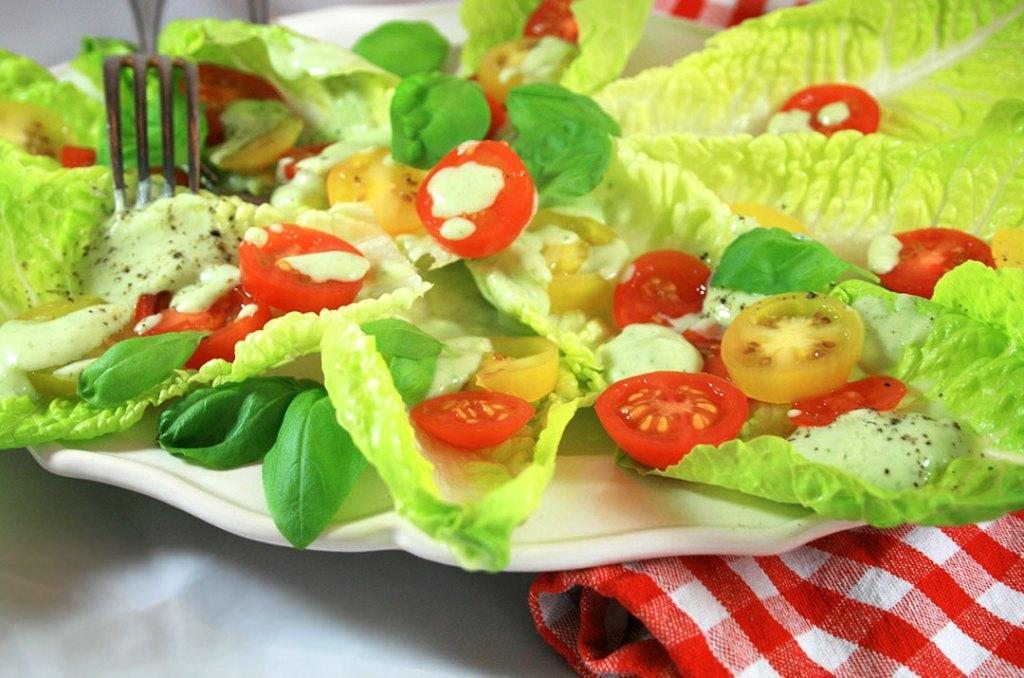 Foto von:Avocadodressing auf Blattsalat mit bunten Tomaten. Darjas Welt
