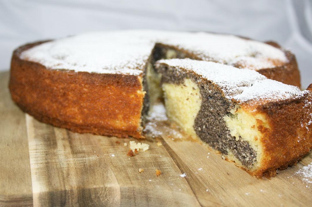 Foto von, Der angeschnittene Kuchen vom Saftigen Mohnkuchen mit Joghurt. Darjas Welt