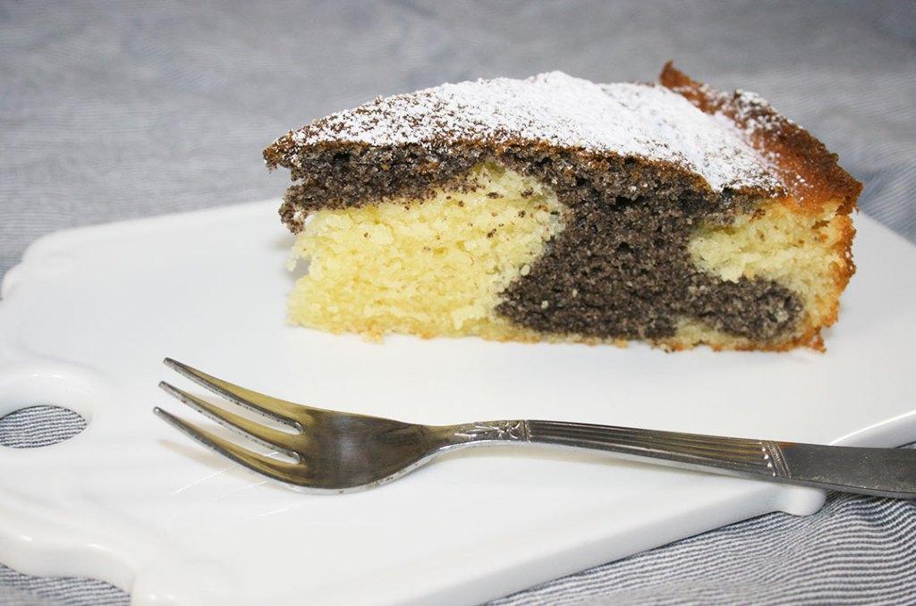 Foto von Ein Stück vom saftigen Mohnkuchen mit Joghurt. Darjas Welt