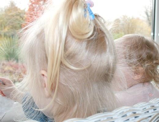 Foto von: Meine beiden Töchter nebeneinander auf der Couch im Wintergarten. Darjas Welt