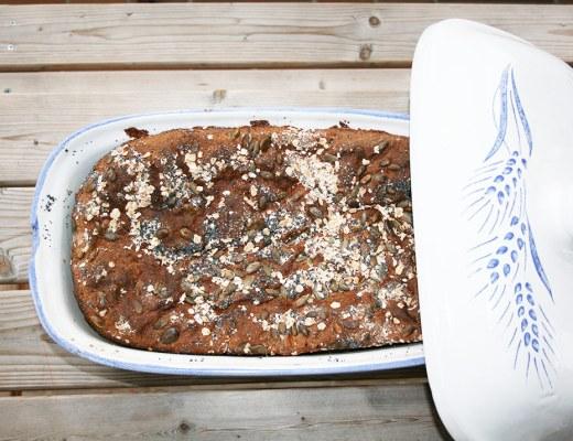 Foto von Dinkel-Roggen Brot im Römertopf