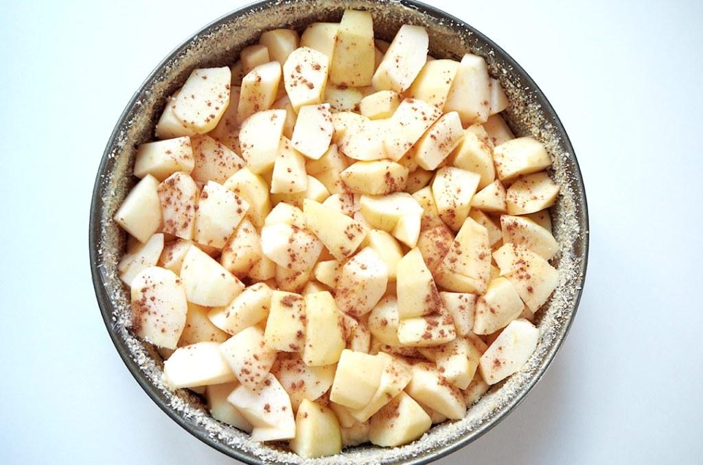 Foto von: Der zuckerfreie Apfelkuchen vor dem Backen mit Zimt bestreut. Darjas Welt