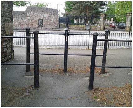 A triple gate blocking a cyclepath.
