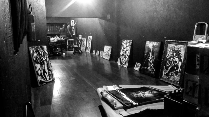 Montagem da exposição Frenesi no Freakout Bar 2016_02_27-exposicao-frenesi-montagem-14