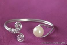 Bracelet simple spirale une perle prix : 10 €