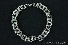 Bracelet maillons d'aluminium argentés prix : 15 €