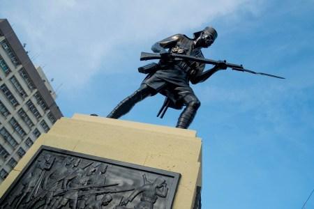 Painted black: the bronze Askari monument on Wednesday, December 9. Photo: Daniel Hayduk