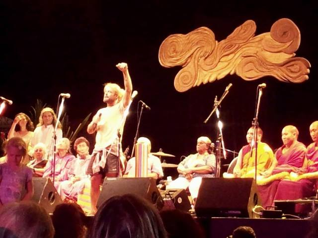 Xavier Rudd sings at the festival's closing ceremony (own photo)