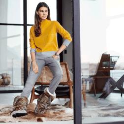 Die Trendfarbe Grau wird zu deinem treuen Begleiter im Winter: Gemixt mit sonnigem Gelb oder eisigem Blau wirst du mit diesem Pullover zum Hingucker auf dem Weihnachtsmarkt.