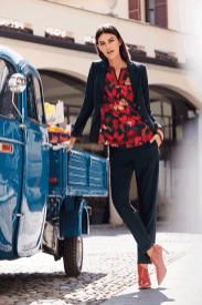 Mit unserem Übergangsoutfit holst du dir noch einmal die letzten Sonnenstrahlen zurück. Eine Flower-Power-Print Bluse getragen mit einem schlichten Blazer und einer Stoffhose in einem dunklen Blau setzen dich gekonnt in Szene.