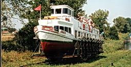 Auf dem Oberlandkanal fahren Schiffe über Land