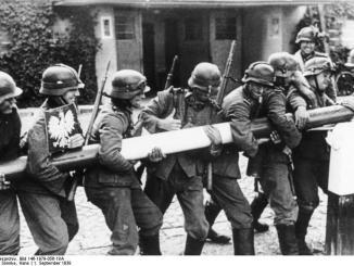 Bundesarchiv Bild 146-1979-056-18A, Polen, Schlagbaum, deutsche Soldaten; Foto: , CC-BY-SA-3.0-de