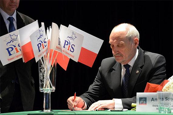 Polen: Verteidigungsminister Antoni Macierwewicz lässt den Smolensk - Absturz neu untersuchen